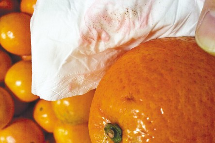 用毛巾擦干餐具或水果