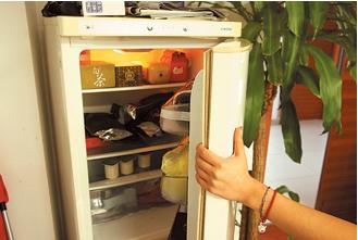 冰箱门上面乱放东西