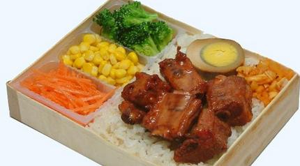 用塑料外卖盒装食物存储